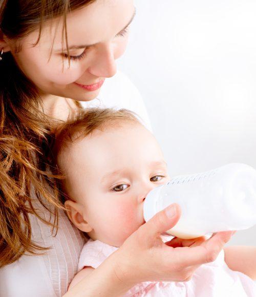Dojenje u odnosu na flašicu. Koliko mleka treba da uzima beba?